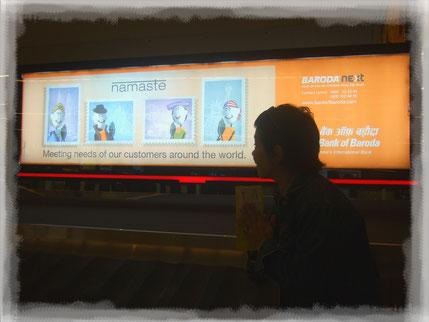 """En el Aeropuerto de Nueva Delhi carteles de publicidad me regalaron su """"Namasté"""""""