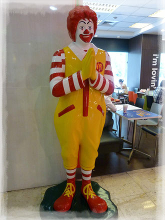 Saludo Thai de Ronald Mc Donalds, en Bangkok