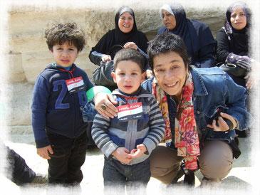 Niños de Egipto afectuosos con el saludo, como en cualquier lugar del mundo... ahí no hay diferencias!