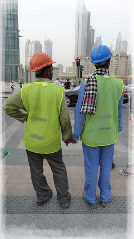 En Dubai, amigos de la mano.