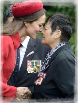 Duquesa de Cambridge, Catherine Middleton, realizando el saludo maorí a la esposa del Primer Ministro de Nueva Zelanda, John Key, Foto AP.
