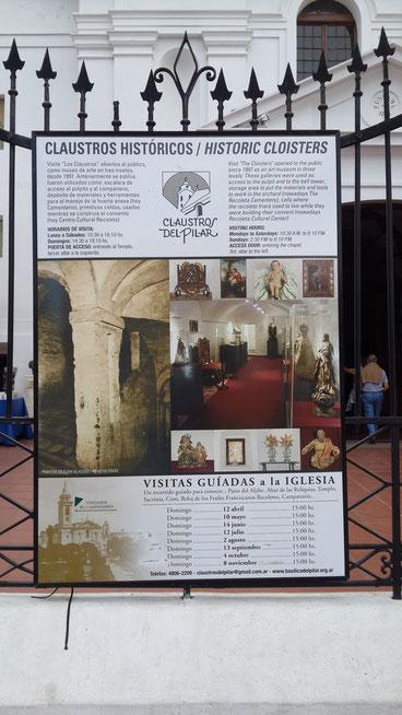 Cartel en la entrada de la Iglesia invitando a visitar los Claustros del Pilar