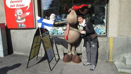 Lilián Viajera en Helsinki, junto a un amigo finés y la bandera de Finlandia