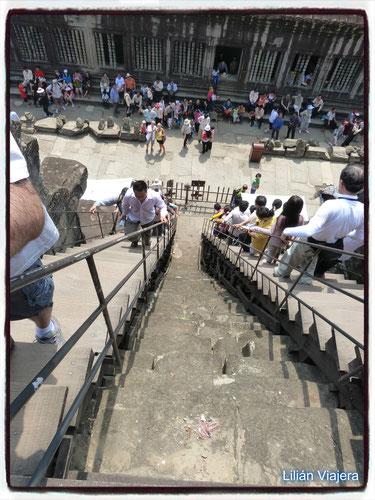 Escaleras para subir al templo en Angkor Wat, Siemp Reap